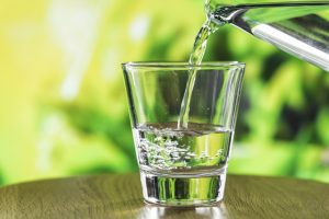 Un bicchiere di acqua calda al mattino